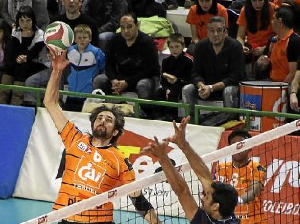 Bernal, jugador del CAI Teruel, durante el partido de ayer.