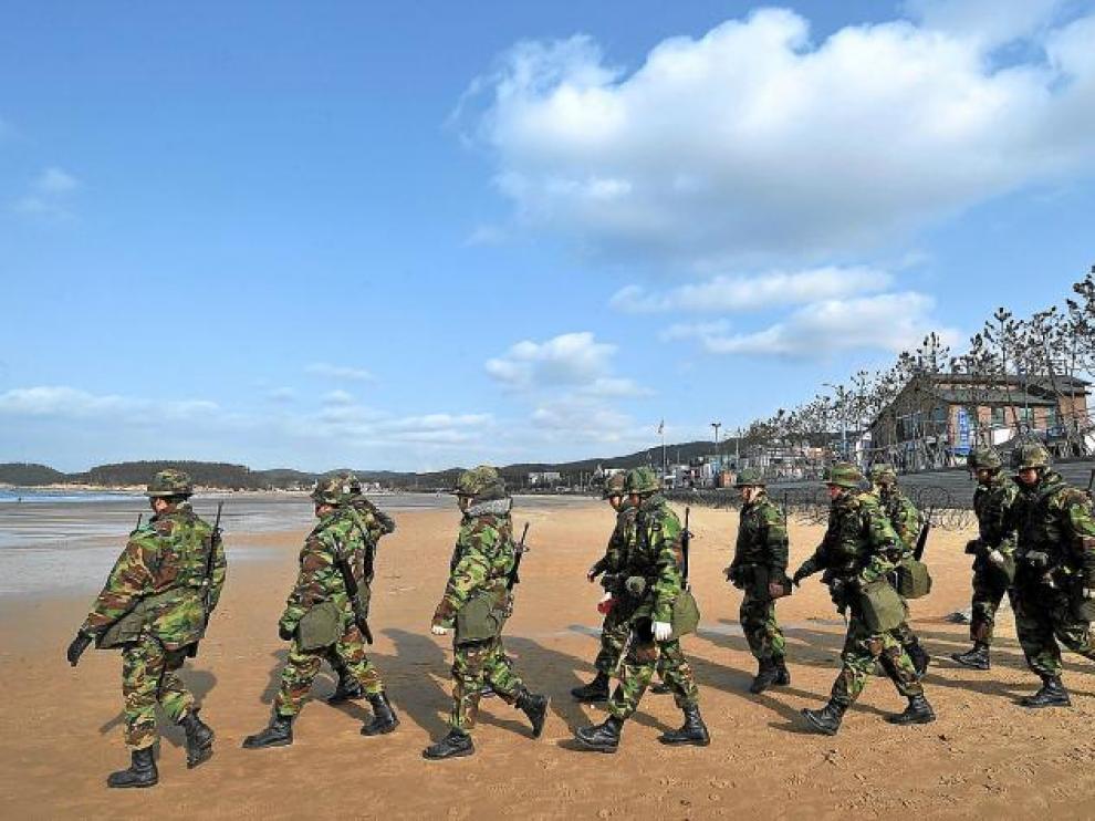 Soldados surcoreanos caminan en la playa del Mar Amarillo en Taean, a 170 kilómetros al suroeste de Seul, ayer.
