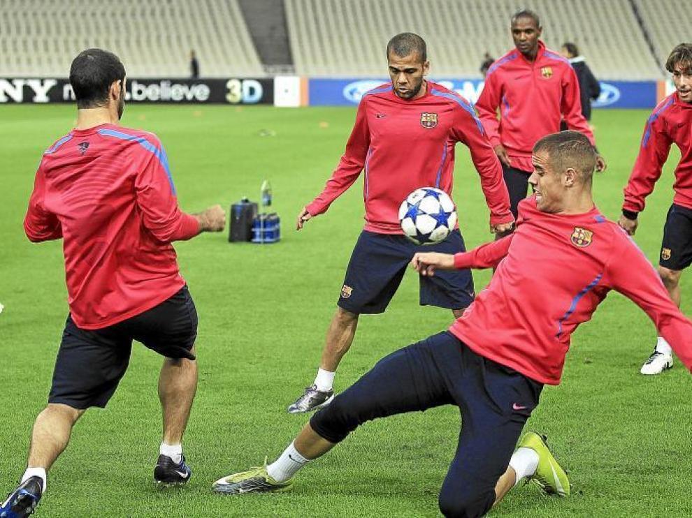 Los jugadores del Barcelona tocan balón durante un entrenamiento de la semana pasada.