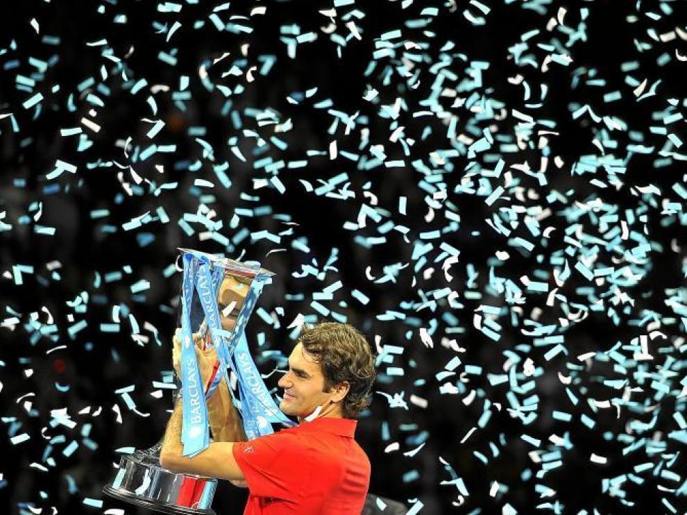 Roger Federer levanta el trofeo que le acredita como campeón de la Copa Masters.
