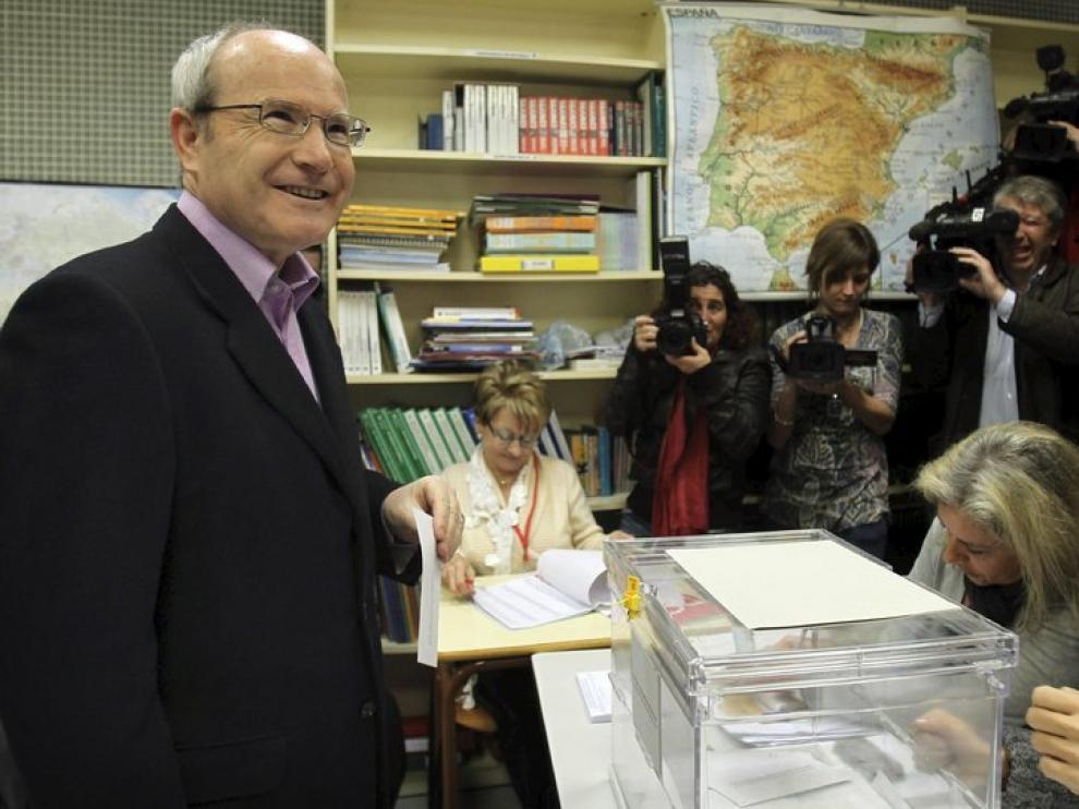 José Montilla (PSC) acude a votar en una escuela de Sant Just Desvern (Barcelona).