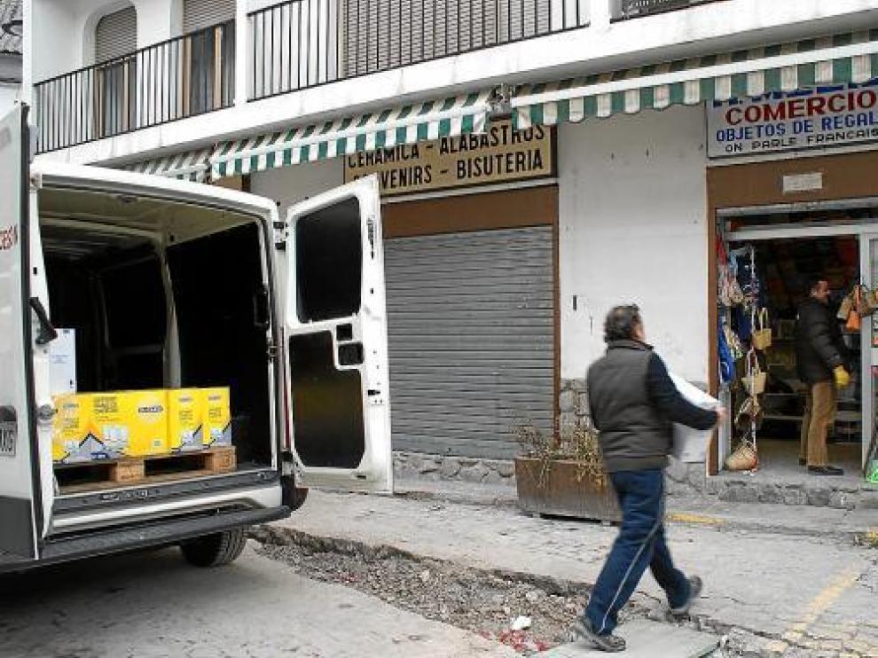 Los comercios de la plaza Mayor de Bielsa reponen sus estanterías para la reapertura.