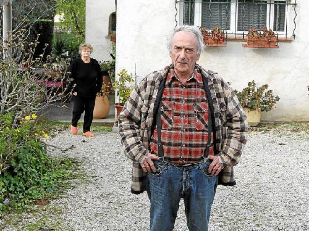 Pierre Le Guennec, junto a su esposa, ante su domicilio en Mouans-Sartoux, sureste francés.