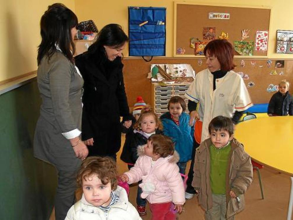 Los niños estrenaron ayer el edificio de la escuela infantil comarcal de Sariñena.