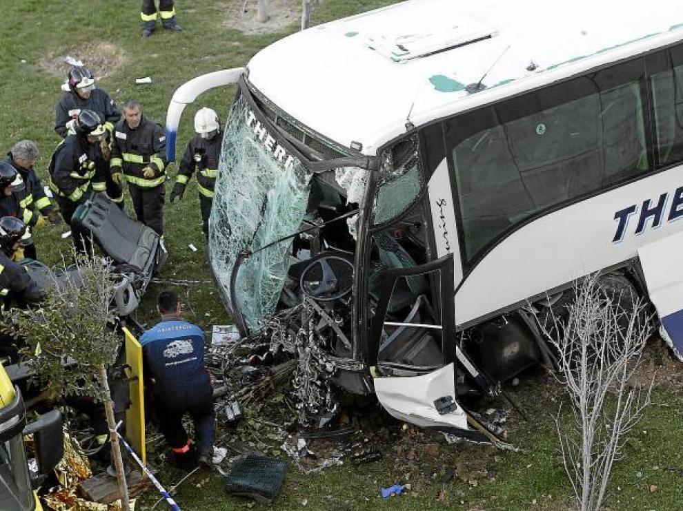 El autocar siniestrado, que se dirigía al barrio de La Almozara, sufrió los mayores daños en la parte delantera.