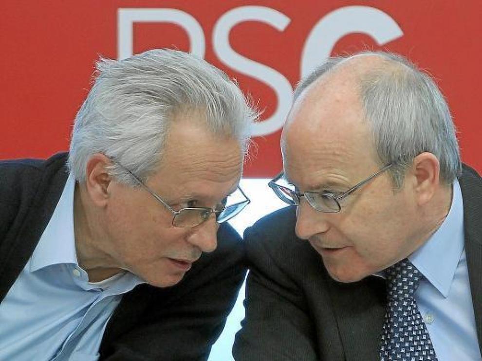 José Montilla conversa con su compañero de partido Isidre Molas ayer en la Ejecutiva del PSC.