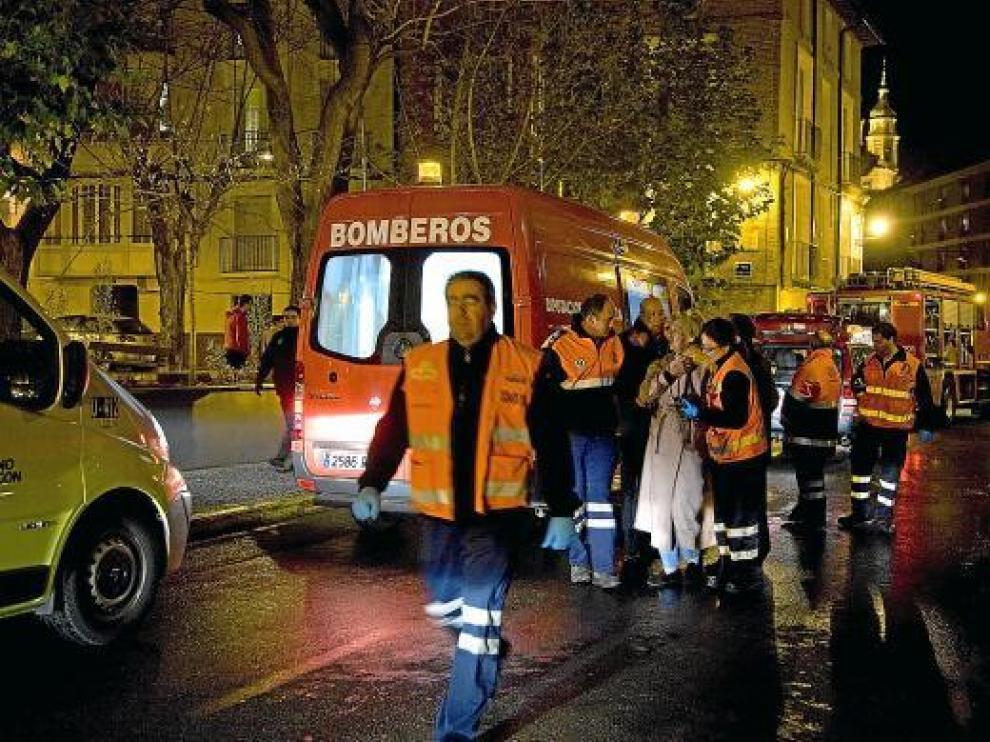 Mercedes M., de 77 años y cuñada de la fallecida, después de ser evacuada del inmueble.