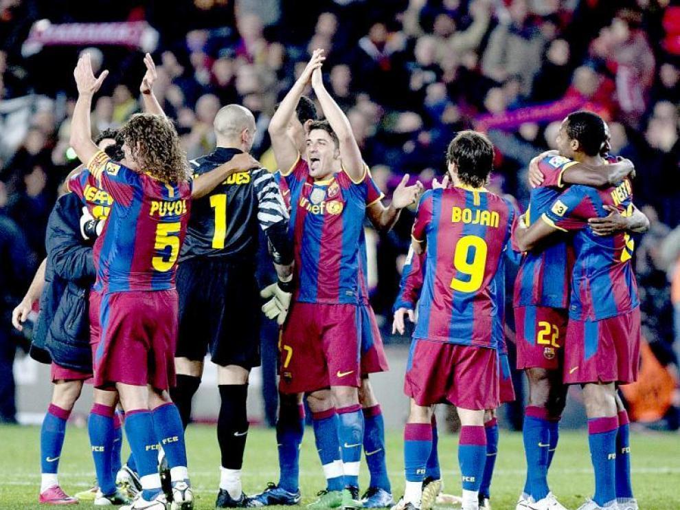 Los futbolistas del Barcelona celebran la goleada al Real Madrid, nada más finalizar el encuentro de ayer en el Camp Nou.