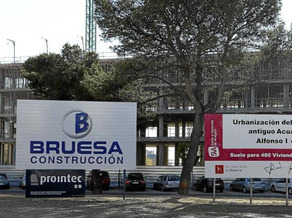 Tras los carteles, la obra de la promoción de Bruesa de 117 viviendas de protección en el suelo del antiguo cuartel de Artillería.