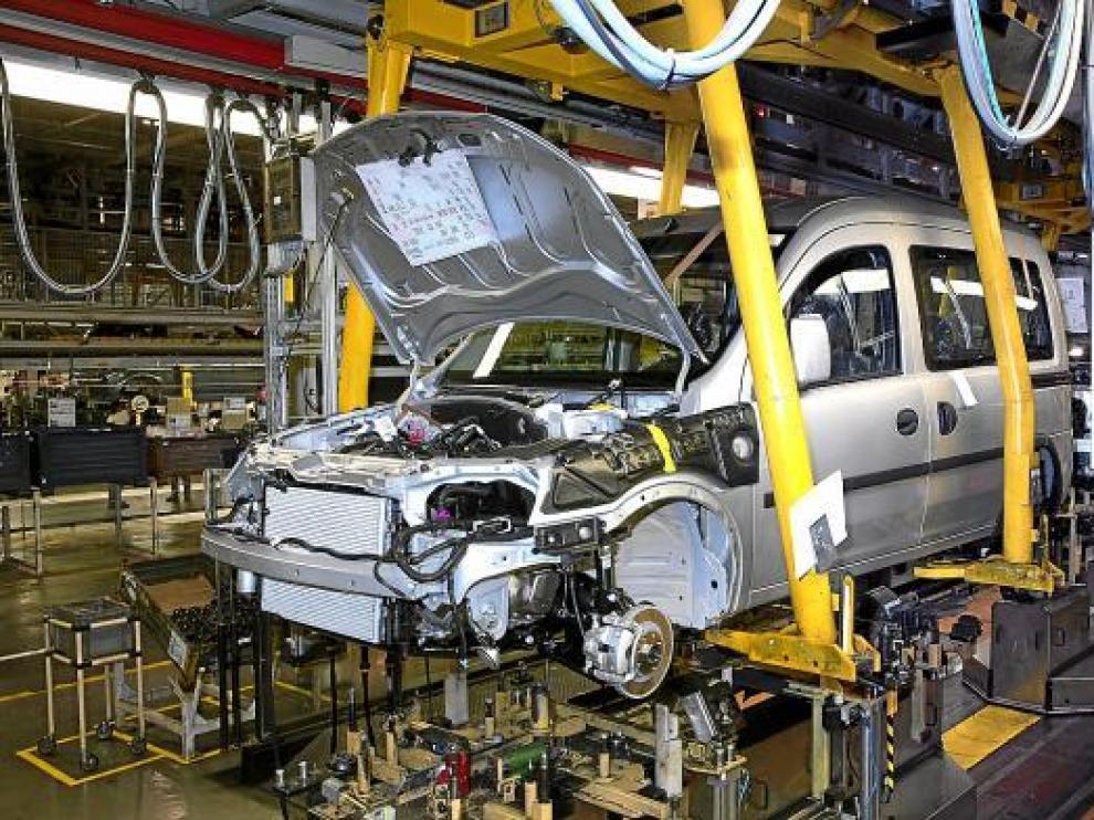 Montaje de uno de los vehículos del modelo Combo en la planta zaragozana de Figueruelas.