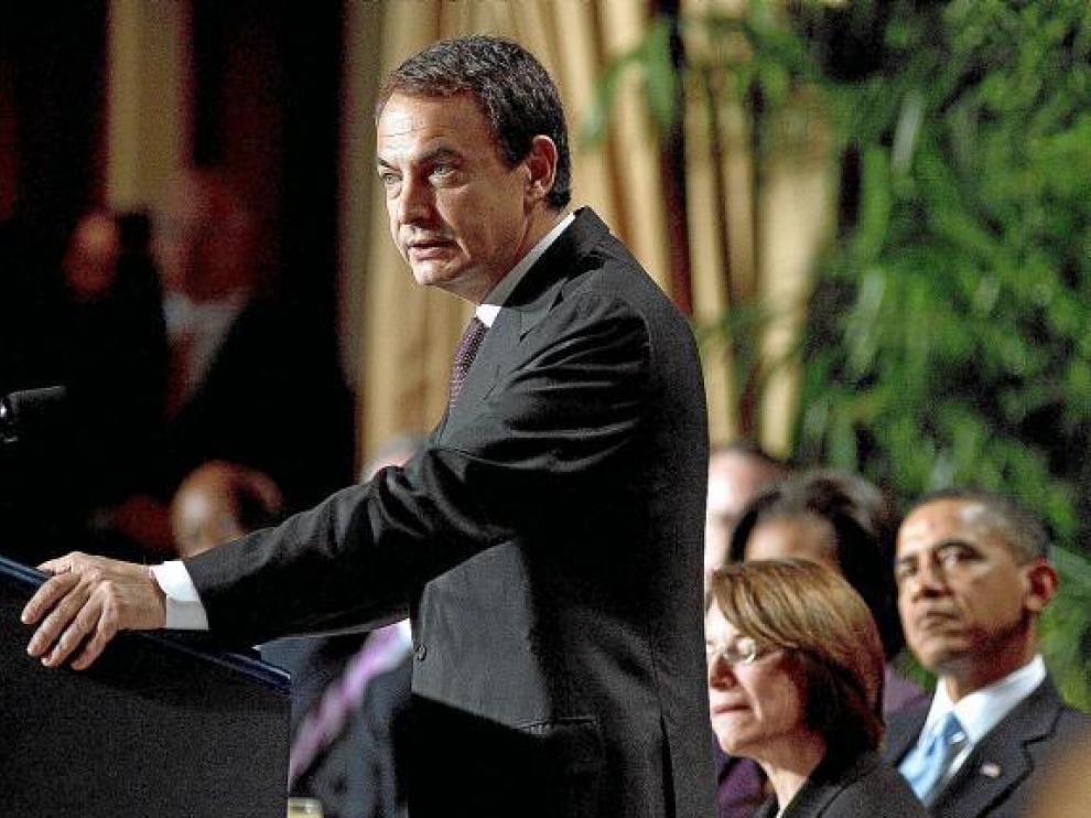 Obama escucha a Zapatero durante el Desayuno Nacional de Oración, en febrero en Washington.