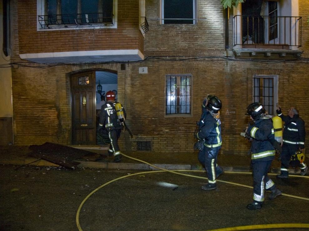 Los bomberos operan en el lugar de las llamas