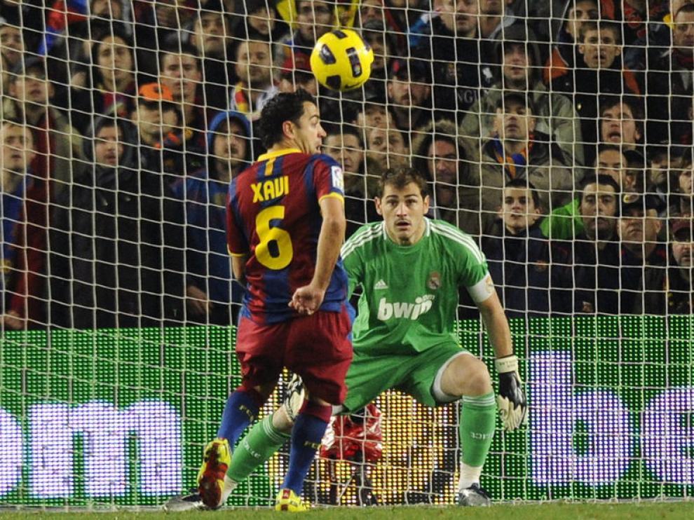 Xavi recibió de espaldas y marcó el segundo golc ontra el Madrid.