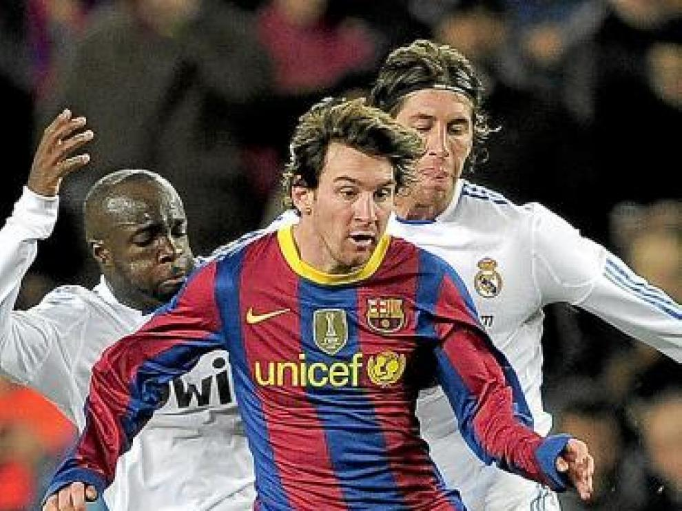 Messi intenta irse de Diarra y Ramos.