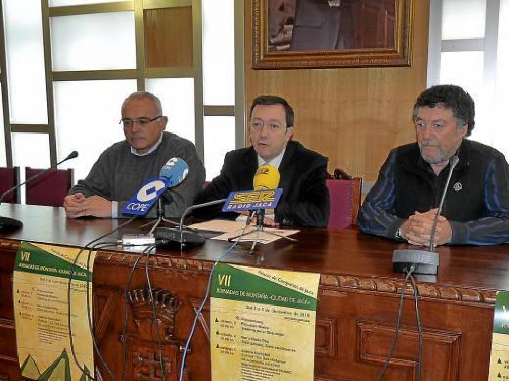 Bernabé Aguirre, a la derecha de la imagen, con el concejal Vila y el alcalde Villarroya.