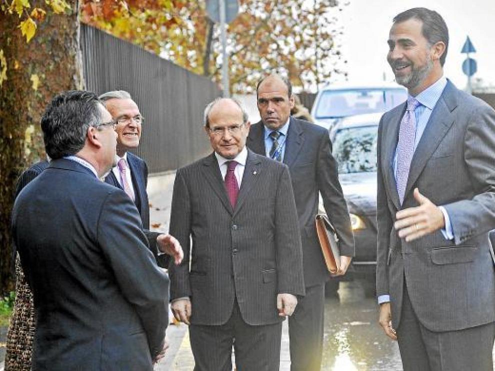 Montilla, en el centro, con el príncipe Felipe en un encuentro de directivos ayer en Gerona.