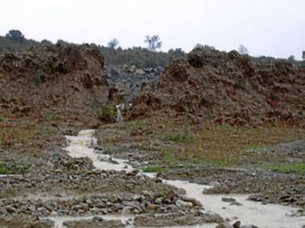 El agua atraviesa los caminos, dejándolos impracticables.