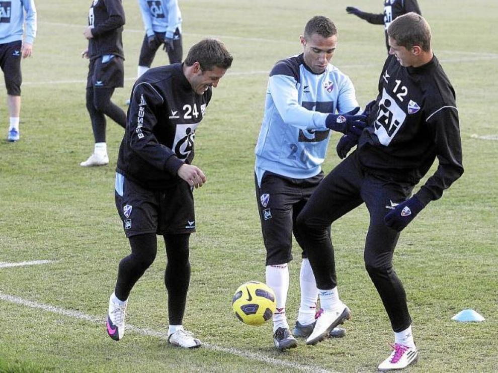 Gilvan pugna con Lukic en el entrenamiento de ayer, ante la mirada de Marco Navas.