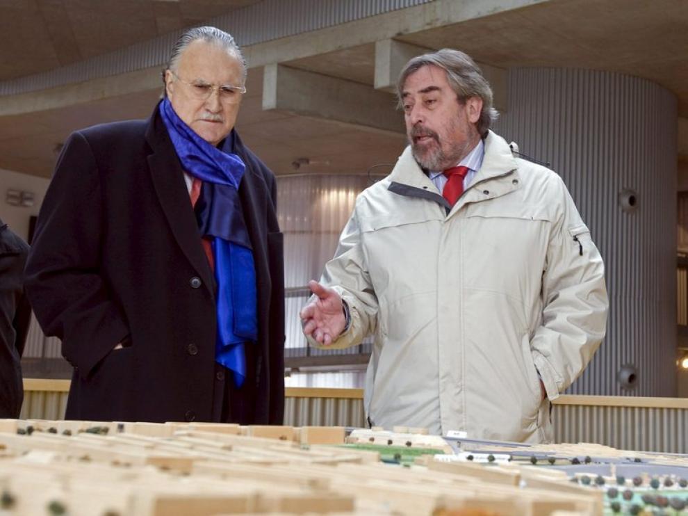 El alcalde de Zaragoza, Juan Alberto Belloch (d), conversa con su homólogo bilbaíno, Iñaki Azkuna