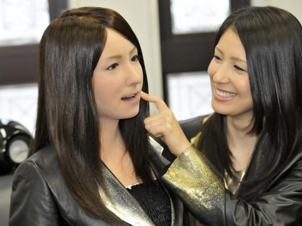 Geminoid es una robot actriz que no solo parece una persona, sino que es capaz de imitar las expresiones faciales humanas
