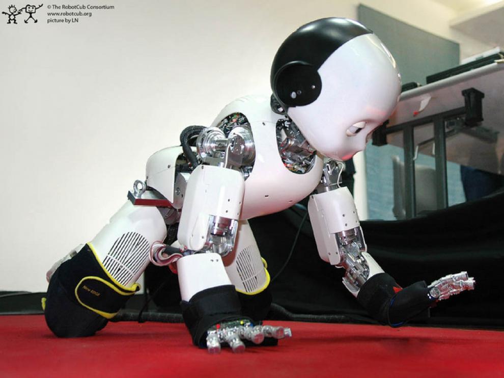 El robot iCub, gateando