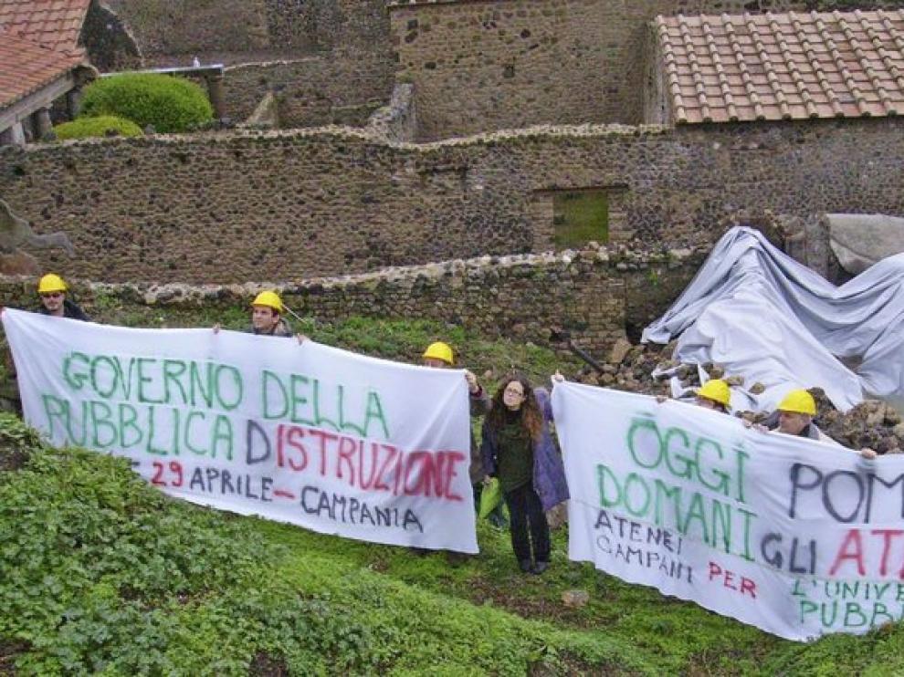 Varios activistas protestan por la dejadez del gobierno italiano para conservar el área arqueológica de Pompeya