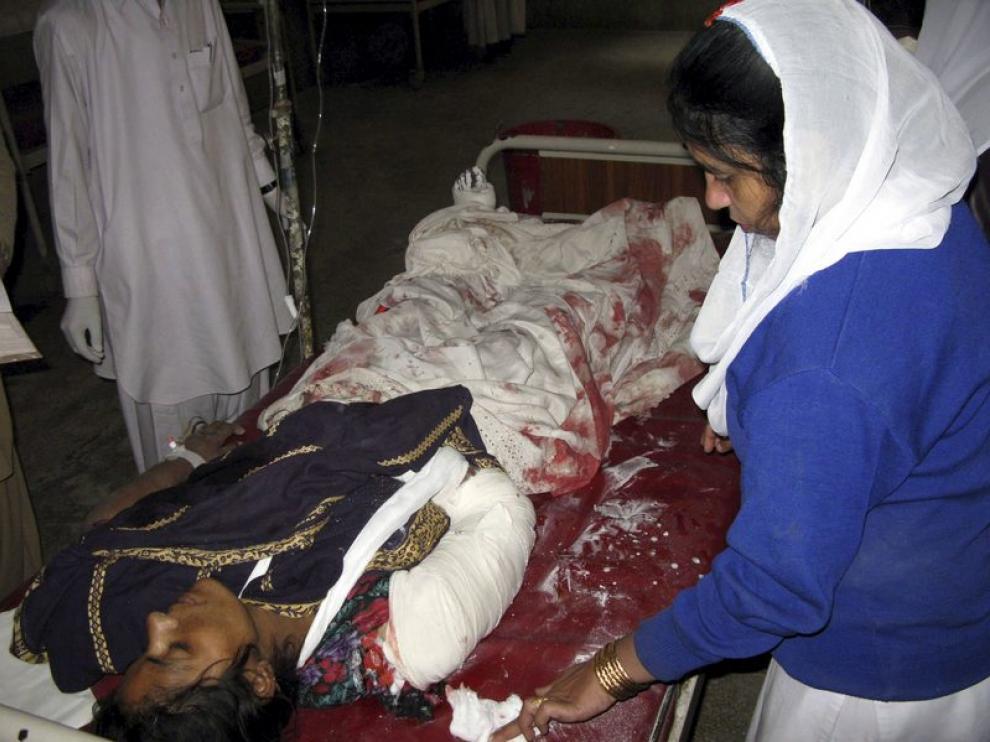 Trasladan a una mujer herida en el atentado