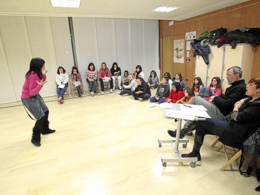 Los directores teatrales hacen las pruebas a los aspirantes más jóvenes.