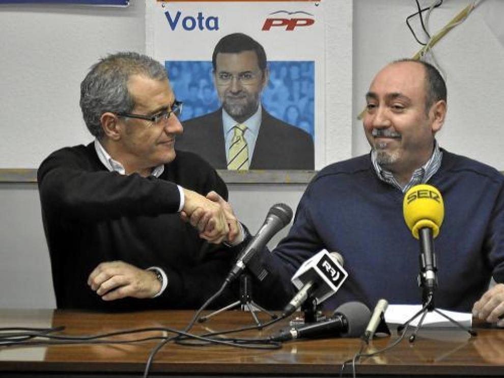 José Luis Moret (izquierda) da la mano a Santiago Escándil, en una rueda de prensa