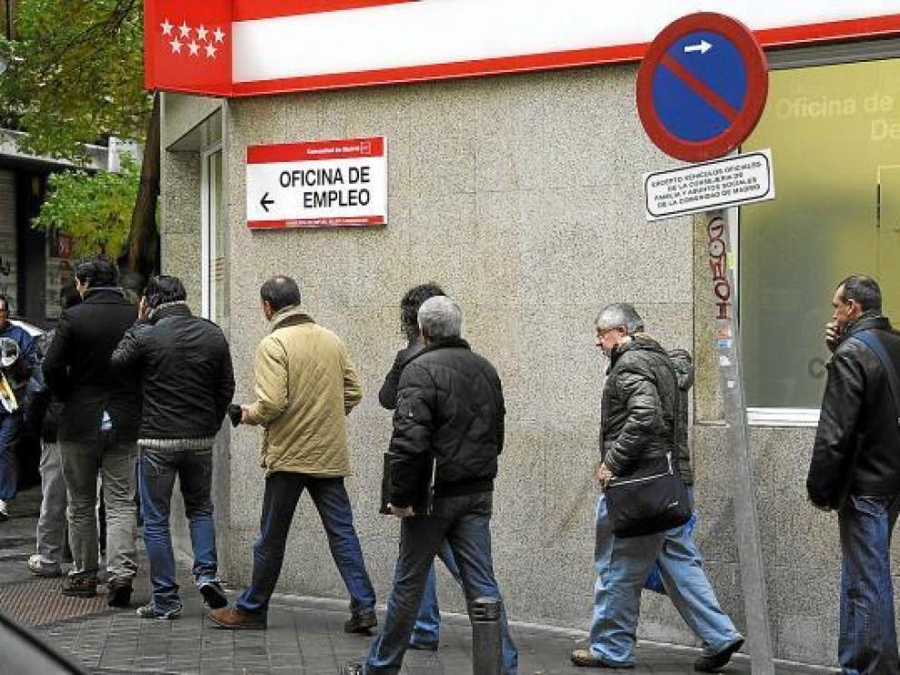 Una fila de parados en una oficina de empleo de Madrid.
