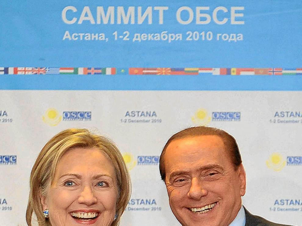 Hillary Clinton junto a Berlusconi.