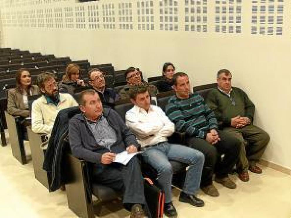 Los alcaldes reunidos frente al presidente comarcal, Daniel Périz.