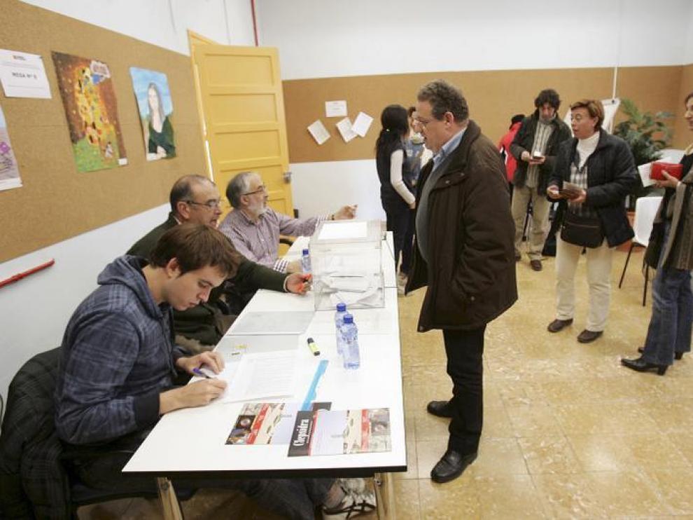 Un grupo de profesores vota en el Centro de Profesores y Recursos del Sancho Ramírez.