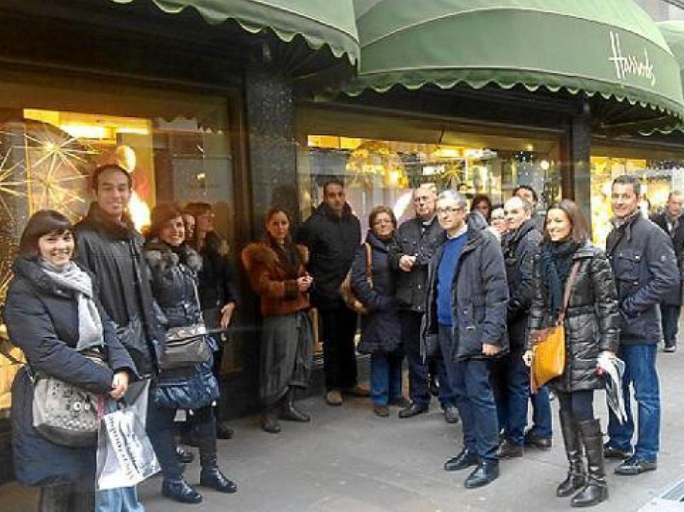 La delegación de comerciantes aragoneses, ante los emblemáticos almacenes Harrods.