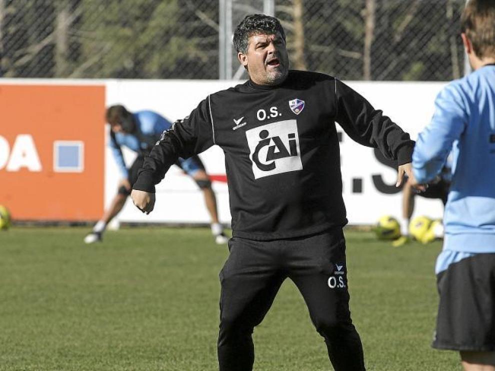 Onésimo se dirige a sus futbolistas con un gesto elocuente durante el entrenamiento de ayer en el IES Pirámide.