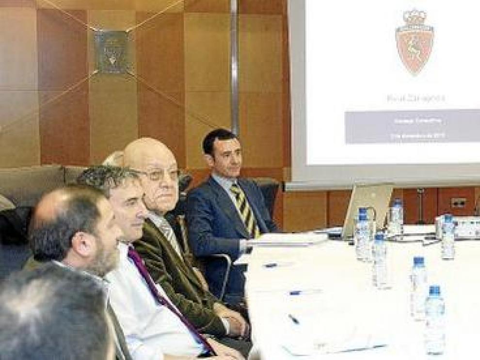 Agapito Iglesias y los consejeros Paco Checa (a su izquierda) y Javier Porquera (con corbata 'avispa'), en un momento de la reunión con los pequeños accionistas.