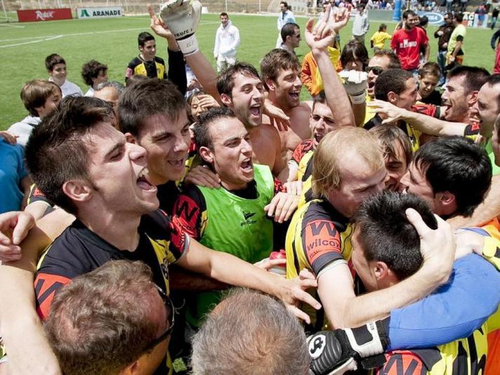 Los jugadores del CD La Muela celebran el ascenso en el último partido de la campaña pasada.