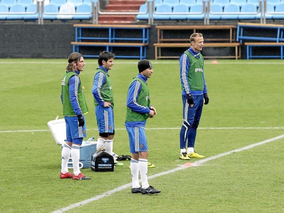 Paredes, segundo por la izquierda, rodeado de los compañeros con los que formará la defensa en Almería: Diogo, Lanzaro y Jarosik.