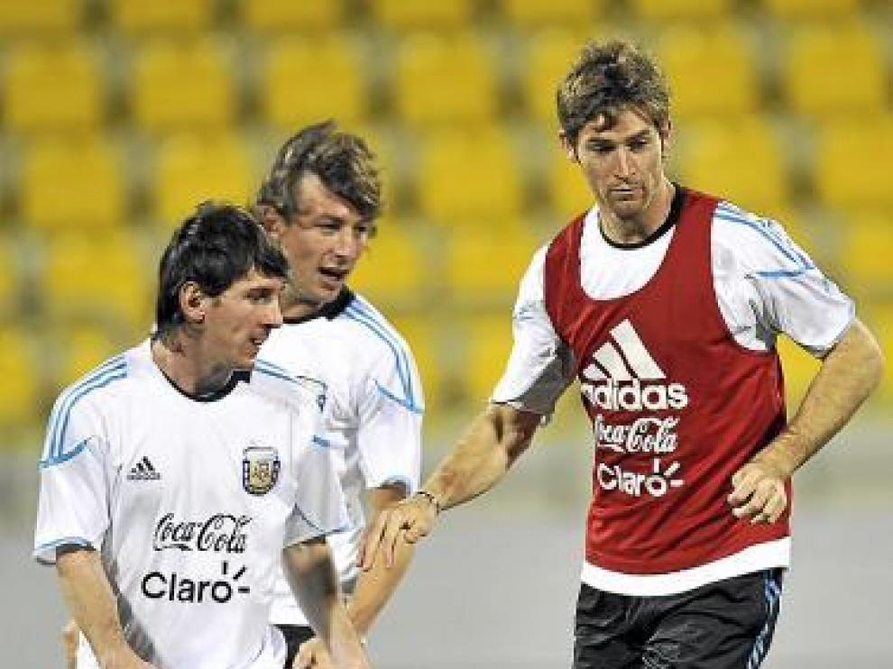 Bolatti, con peto, rodeado de Messi y Heinze en su selección.