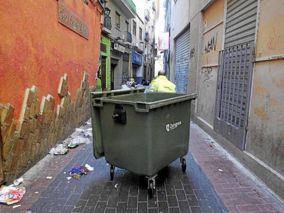 Un operario de FCC, durante las tareas de limpieza en el Casco Histórico de Zaragoza.