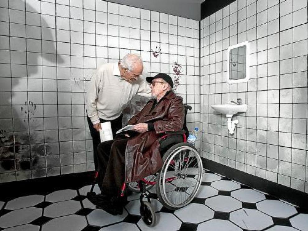Eugenio Martín y Jesús Franco posan en la recreación de un terrorífico lavabo de la muestra.