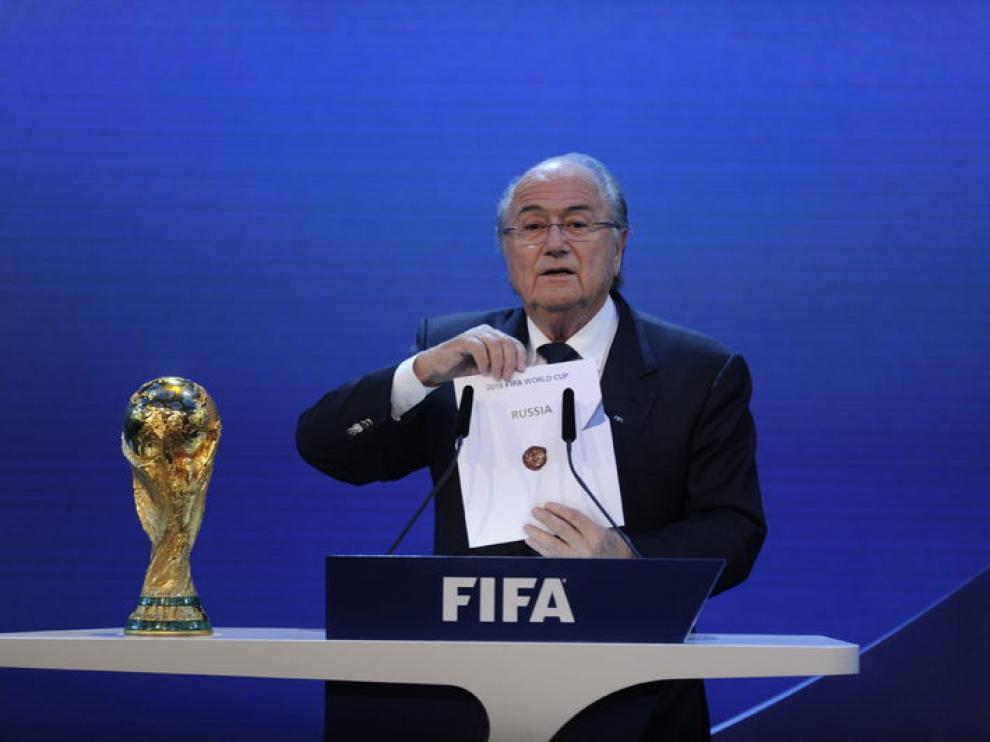 Blatter muestra el país designado.