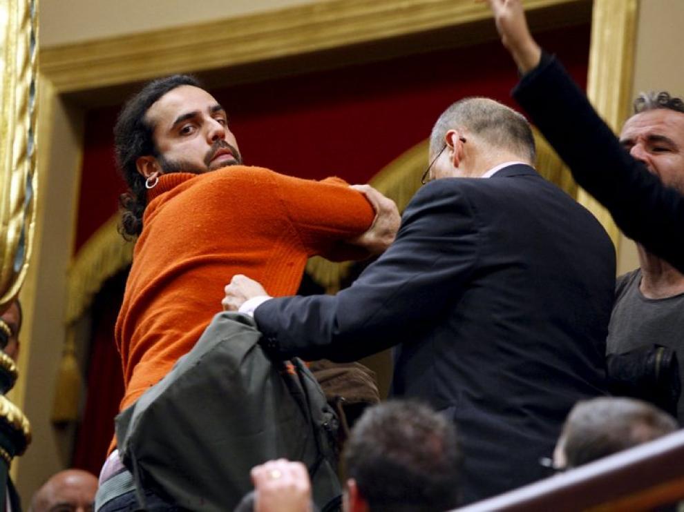 Un grupo de personas es desalojado por gritar a favor de la libertad del Sahara. Willy Toledo aparece a la derecha de la imagen