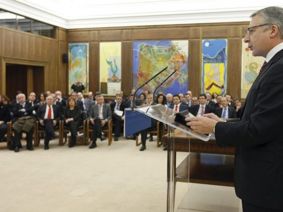 El ministro durante la firma de los convenios
