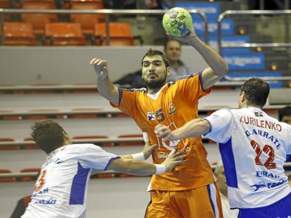 Jorge Maqueda, ante dos rivales del Arrate.
