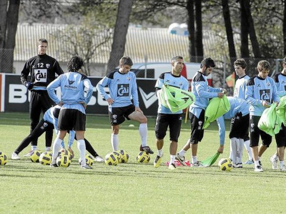 Los futbolistas se preparan para iniciar un ejercicio durante un entrenamiento de esta semana.