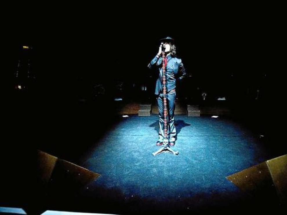 El micrófono de calaveras rojas y negras ha sido el inseparable compañero de Bunbury en esta gira.