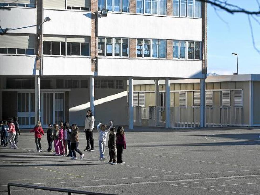 El colegio Ricardo Mur y los barracones donde estudian los niños de Infantil.