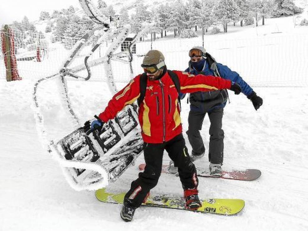 Dos esquiadores en la estación de Javalambre, que ayer abrió sus puertas.