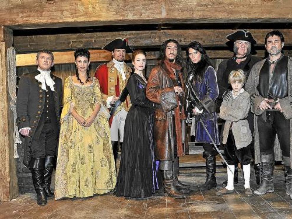 Los actores caracterizados para la serie televisiva ambientada en el siglo XVIII.